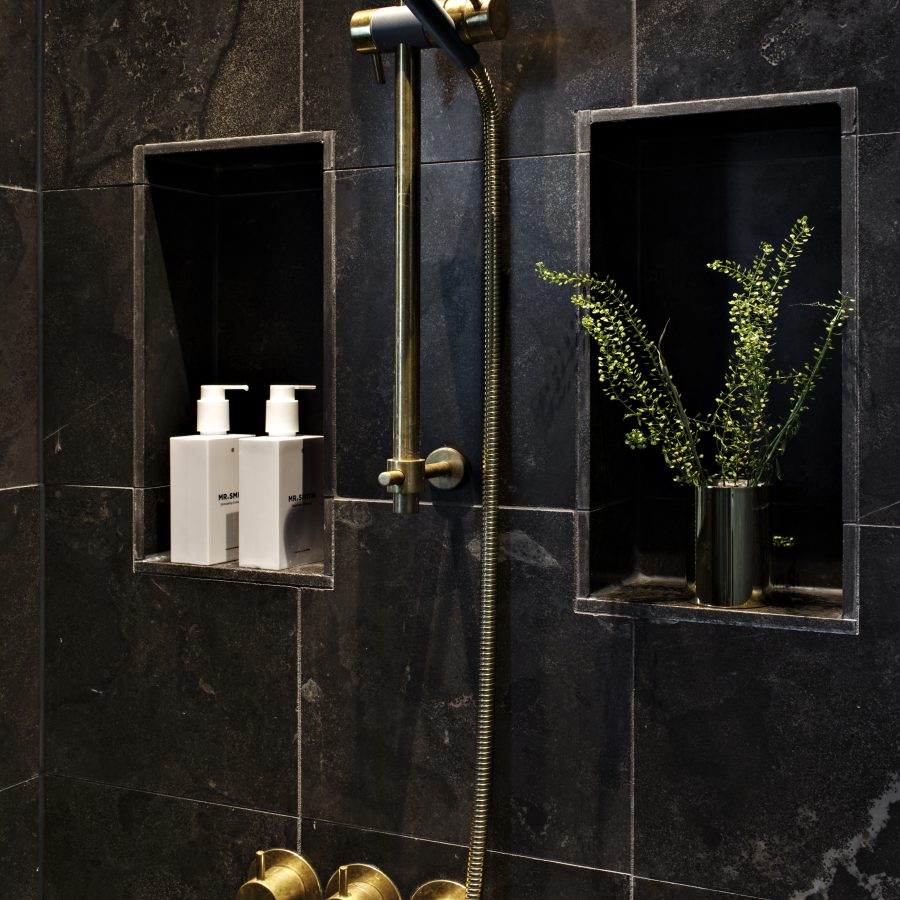 Mörkt badrum