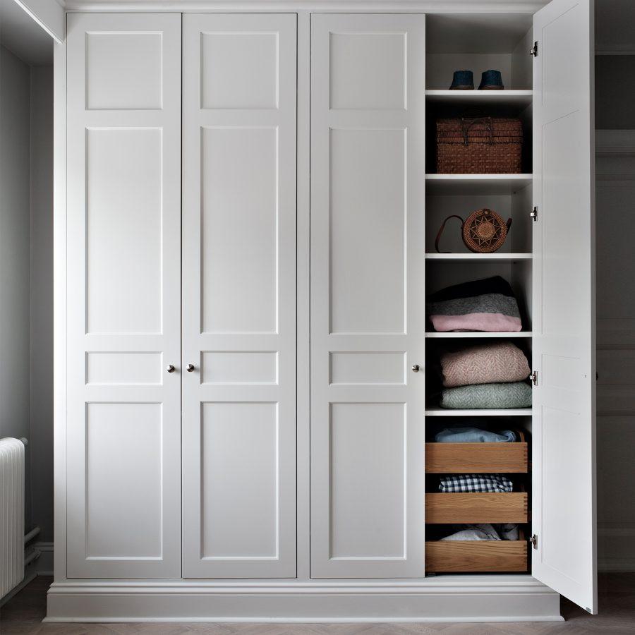 Ljusgrå garderob